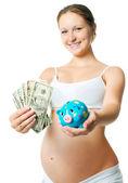 Donna incinta con un salvadanaio — Foto Stock