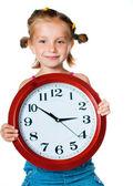 Petite fille avec horloge — Photo