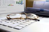Laptop branco com óculos. — Fotografia Stock