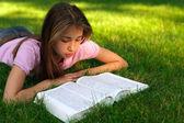 本を持つ若い女の子 — ストック写真