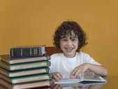Un ragazzo guardando foto — Foto Stock