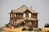 Sucata em torno de uma casa de fazenda abandonada saskatchewan — Foto Stock