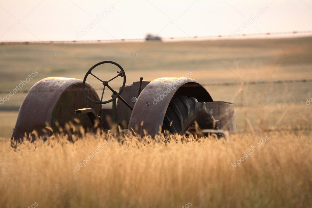 Discarded antique tractor in Saskatchewan — Stock Photo #5550075