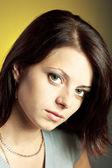 крупным планом портрет молодой женщины брюнетка — Стоковое фото