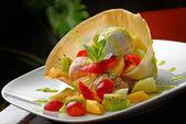 Pohár s čerstvým ovocem a bobulemi — Stock fotografie