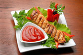 Grilled meat with tomato sauce and fresh vegetables — ストック写真