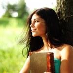 fille avec livre — Photo