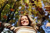 秋の公園で女性ドロップ葉 — ストック写真