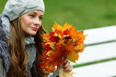 Woman portret in autumn leaf — Photo