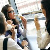 Felici le donne leccare il gelato — Foto Stock