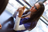 šťastné ženy, lízání zmrzliny — Stock fotografie