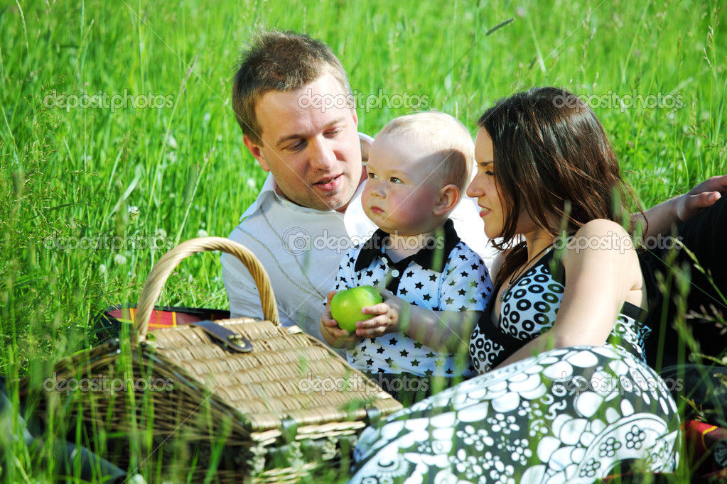 picnic of happy family on green grass — Stock Photo #6669114