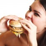 vrouw eten Hamburger — Stockfoto