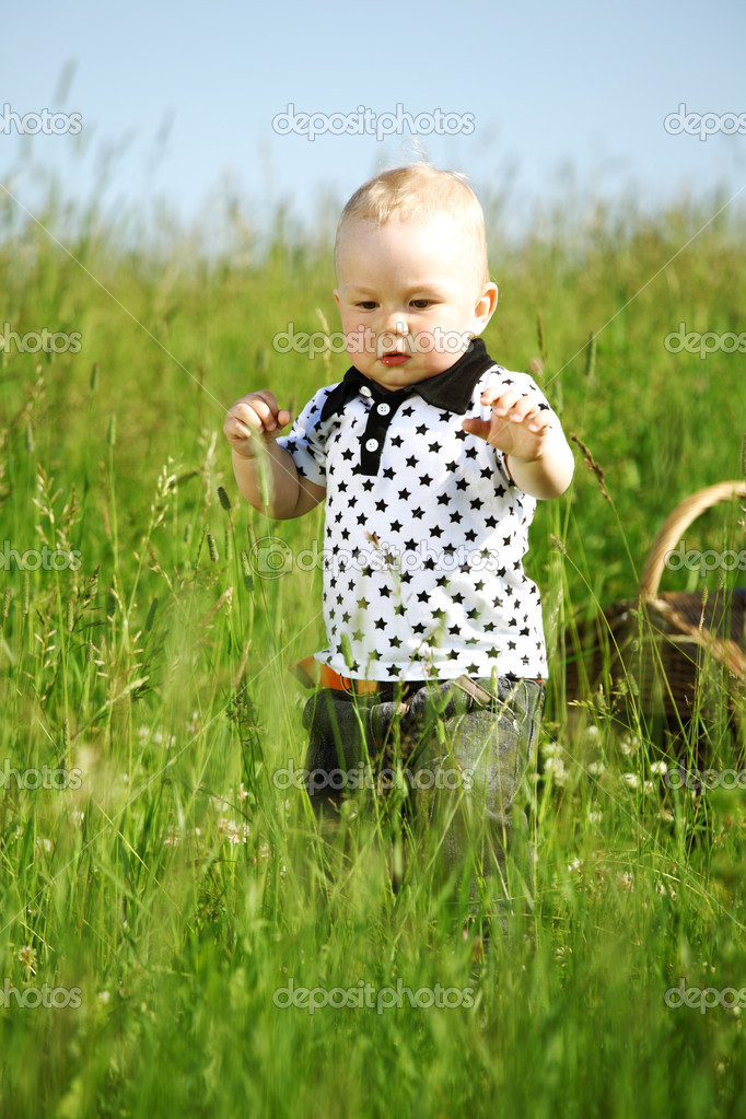 Little boy play in green grass — Stock Photo #6693952