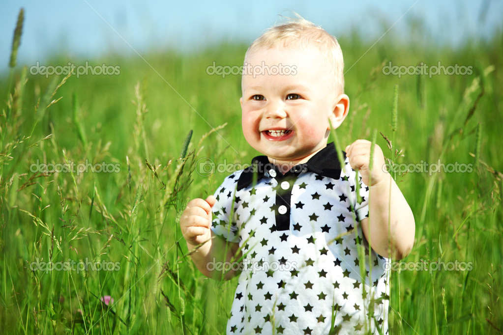 Little boy play in green grass — Stock Photo #6693953