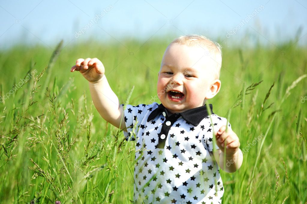 Little boy play in green grass — Stock Photo #6693954