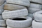 Szczelnie-do góry. białe felgi samochodowe po cenach dumpingowych w wielki stos — Zdjęcie stockowe