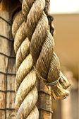 Uma corda de cânhamo grosso a velha — Foto Stock