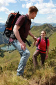 Couple hiking in mountains — Stockfoto