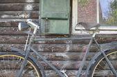 Fahrrad vor Fenster mit Fensterladen — Stock Photo