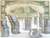 十美元背景上硬币 — 图库照片