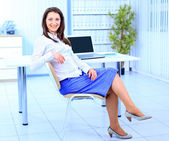 Den vackra affärskvinna med datorn på kontoret — Stockfoto
