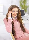 Mulher de negócios jovem segurando o telefone — Fotografia Stock