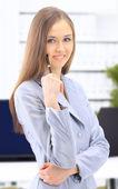 她剪贴板上记笔记的年轻商业女人 — 图库照片