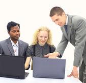 Team aziende interrazziale lavorando al computer portatile — Foto Stock