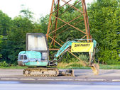 Retroescavadeira pequena na beira da estrada — Fotografia Stock