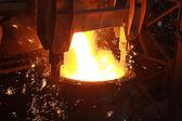 Gloeiende gesmolten staal — Stockfoto