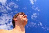 Man against the blue sky. — Stock Photo