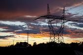 Elektrické sloupy na dramatické západ slunce — Stock fotografie