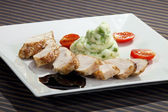 Pork tenderloin w potato puree with young peas — Stock Photo