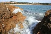 Waves crashing on the cliffs — Stock Photo