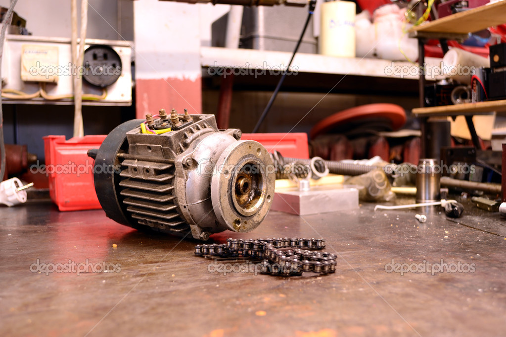 Electric motor and chain. Various rejected broken spare parts from electronics workbench. — Stock Photo #5923649