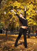 Beautiful young girl in the park — Стоковое фото