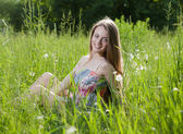 Adolescente, assis dans l'herbe — Photo