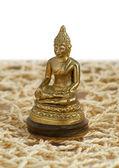 铜佛像在垫子上的莲花位置 — 图库照片