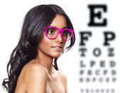 Roze bril op mooie gelooid vrouw. — Stockfoto