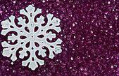 Sneeuwvlok op paarse kralen — Stockfoto