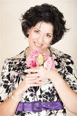 žena s růžovými květy. — Stock fotografie