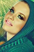 Krásný model na zlaté pozadí — Stock fotografie