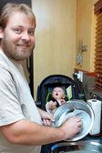 Oğul ve baba bulaşıkları yıkama. — Stok fotoğraf