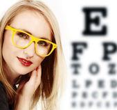 戴着黄色眼镜的女人. — 图库照片