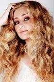 Mujer rubia con pelo largo — Foto de Stock