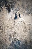 Mujer hermosa en pasto — Foto de Stock