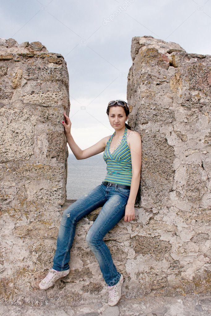 une fille assise dans une niche dun mur en pierre photographie victoshafoto 6397495. Black Bedroom Furniture Sets. Home Design Ideas