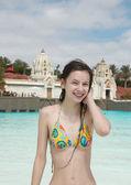 Niña sonriente en parque acuático — Foto de Stock