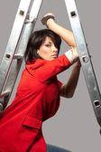 妇人站在附近大厦楼梯 — 图库照片
